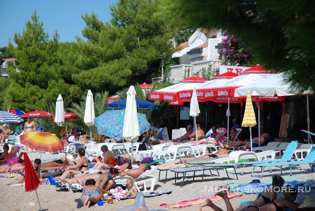 Брела. Пляж у ресторана Арка