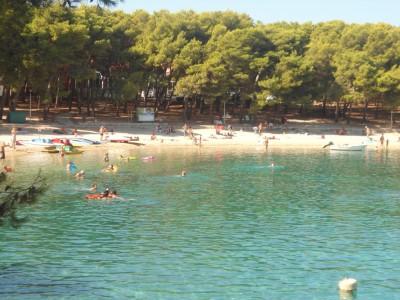 Пляж в бухте Мала Радуча в Примоштене